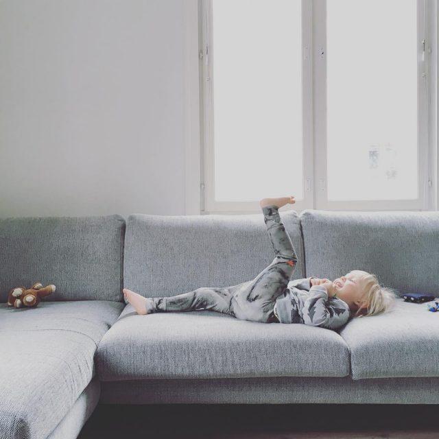 Maastoutuminen harmaa sohva poika papustories livingroom greytones