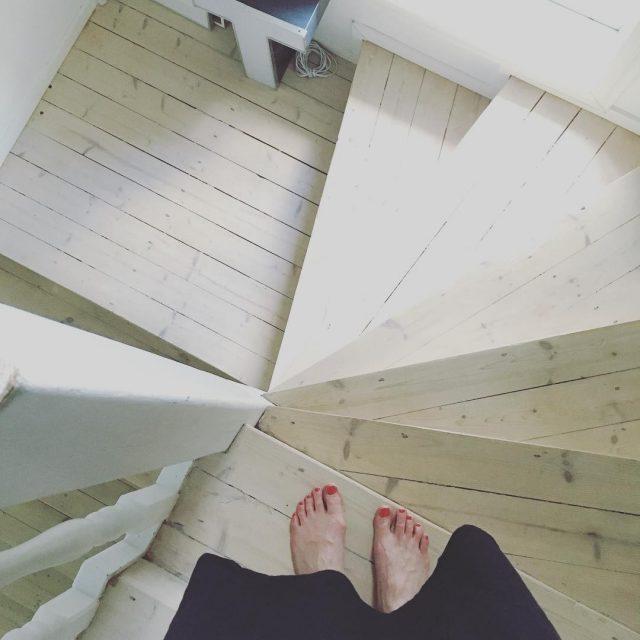 Kesvarpaat benecos kynsilakka nailpolish ecocosmetics puutalo portaikko stairs